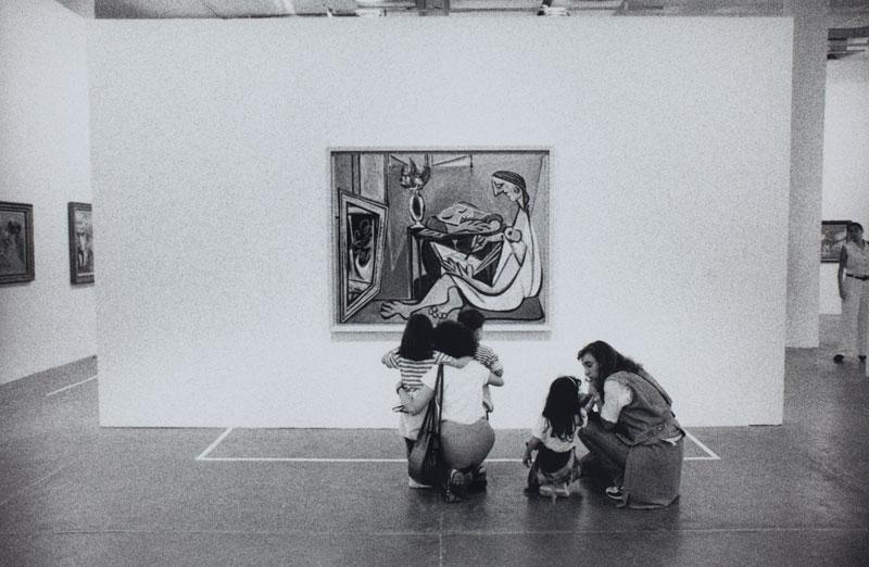 Visitantes observam obra de Pablo Picasso, La Muse [A Musa], em sala especial dedicada ao artista
