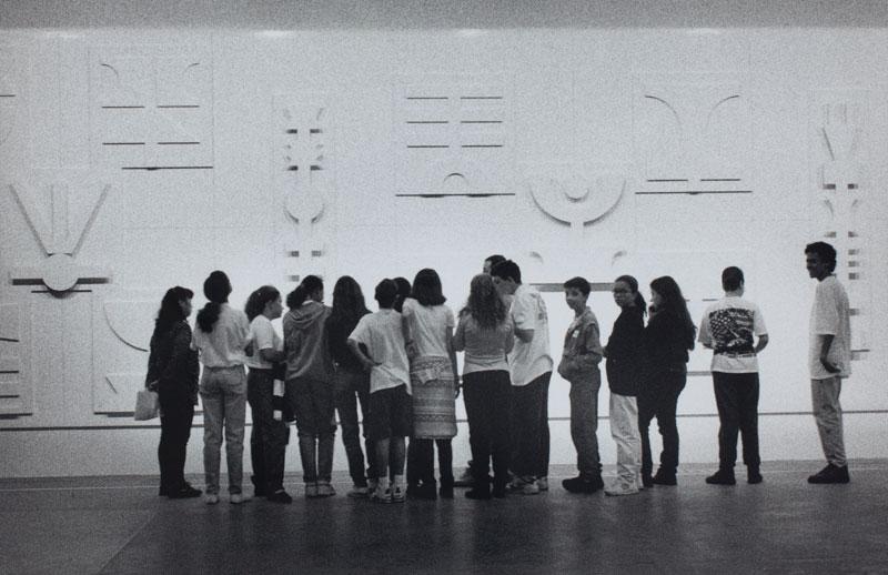 Público visita a obra de Rubem Valentim, Painel Emblemático, em sala especial dedicada ao artista