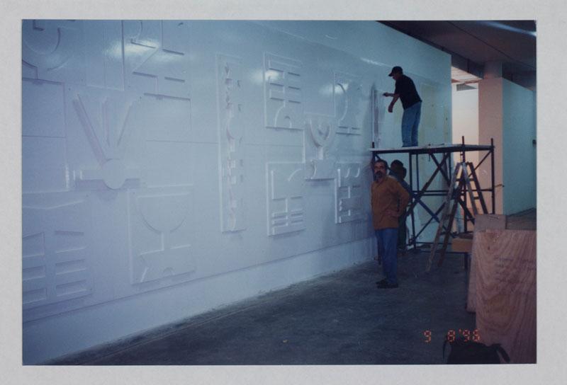 Montagem da obra de Rubem Valentim, Painel Emblemático, em sala especial dedicada ao artista