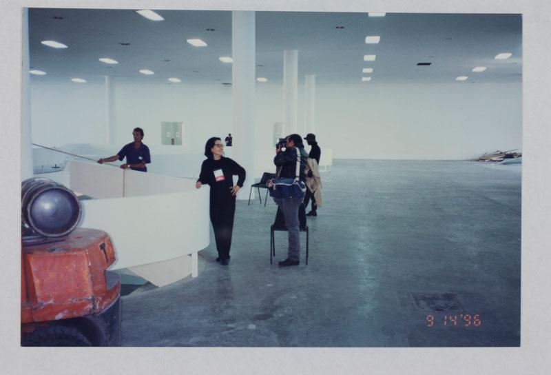 Montagem da 23ª Bienal com a presença da artista Tomie Ohtake para sala especial dedicada à artista