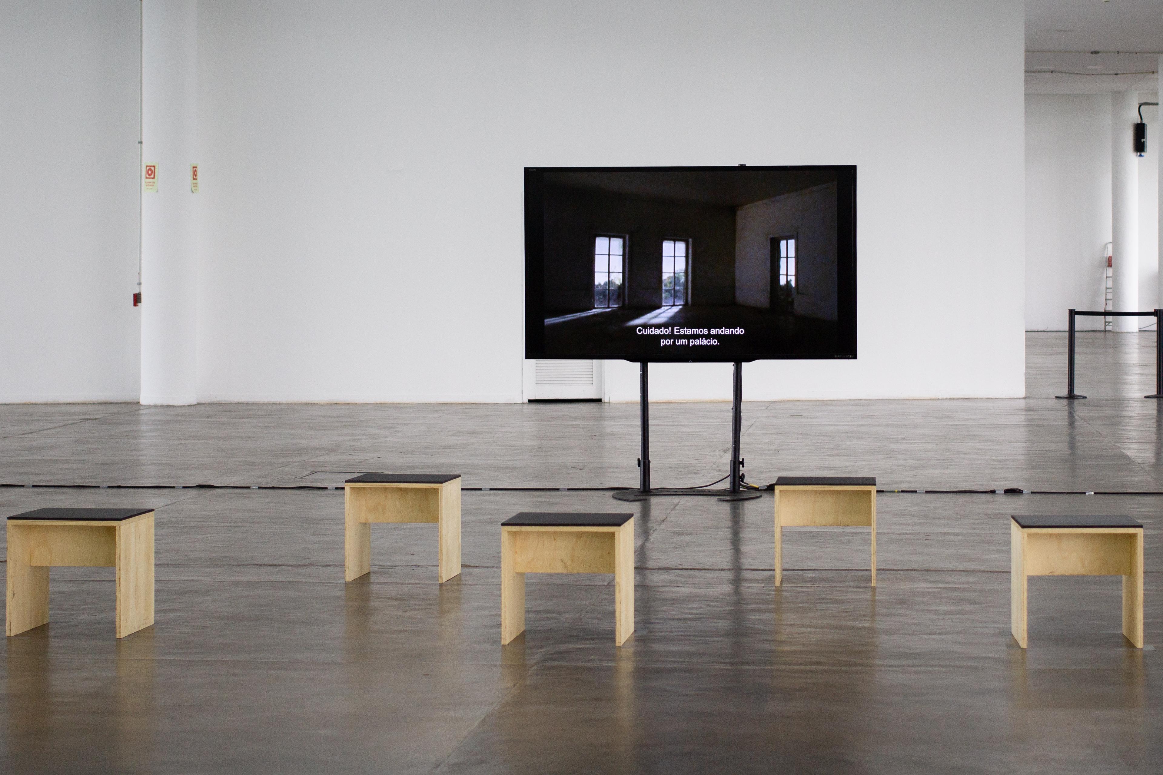 Vista da obra <i>No Show</i>, de Melvin Motti na exposição <i>Vento</i>, parte da 34ª Bienal de São Paulo. Foto: Giovanna Querido / Fundação Bienal de São Paulo