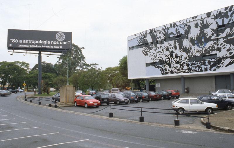 Regina Silveira, Tropel, na fachada da 24ª Bienal, participante da seção Arte Contemporânea Brasileira: Um e/entre Outro/s - Um entre Outros