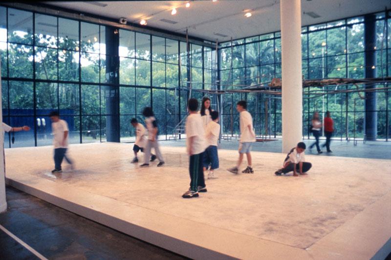 Atividade educativa na obra de Olafur Elisasson, The Very Large Ice Floor [O grande chão de gelo], representação nacional da Dinamarca