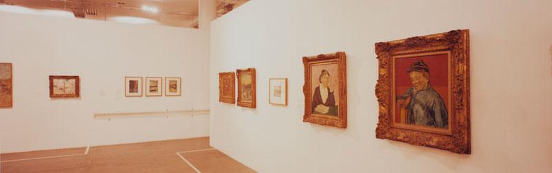 Núcleo Histórico da 24ª Bienal com vista para obras de Vincent Van Gogh, Gamin au Képi [O Escolar (O Filho do Carteiro)] e LArlésienne (Portrait of Madame Ginoux) [A Arlesiana (Retrato de Madame Ginoux)]