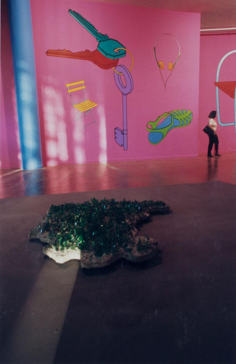 Ivens Machado, Mapa mudo, na seção Um e/entre Outro/s - Um entre Outros; e Michael Craig-Martin, Making Sense [Fazendo sentido], representante do Reino Unido