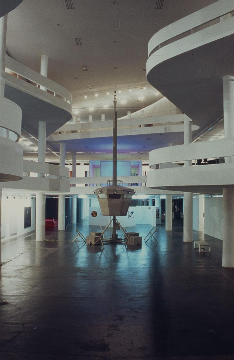 O vão central da 25ª Bienal com destaque para a obra de Fabrice Gygi, Vigie, na seção Países - Suíça