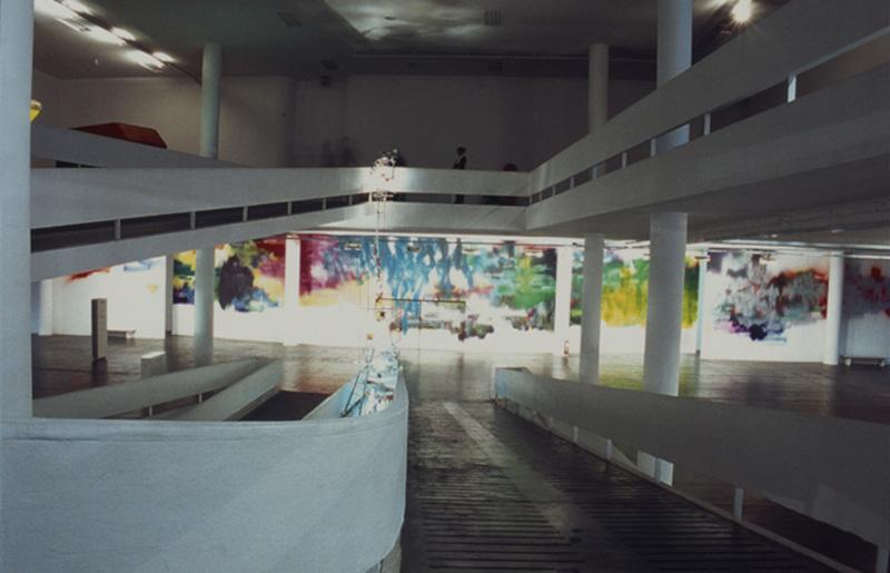 As rampas da 25ª Bienal, com vista para pintura de Katharina Grosse, Sem título, na seção Cidades - Berlim