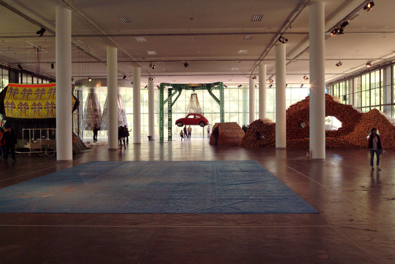 Vista do piso térreo da 26ª Bienal. Ao fundo, obra de Leo Schatzl, Autorotation [Autorotação]. À direita, instalação de Ivens Machado, Sem título
