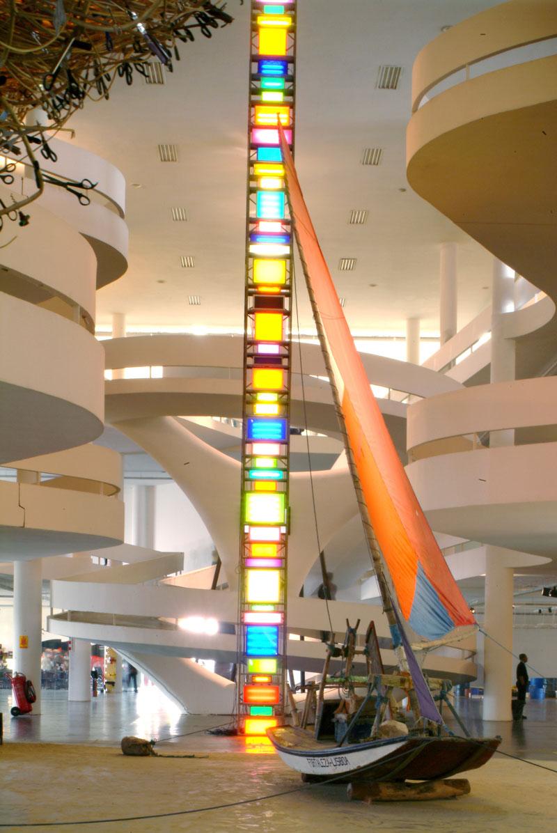 Vão central da 26ª Bienal, com vista para esculturas de Cai Guo Qiang, Bon Voyage [Boa viagem]; Artur Barrio, Impróprio para o consumo humano. Ao fundo, David Batchelor, The Spectrum of Brick Lane [O espectro de Brick Lane]