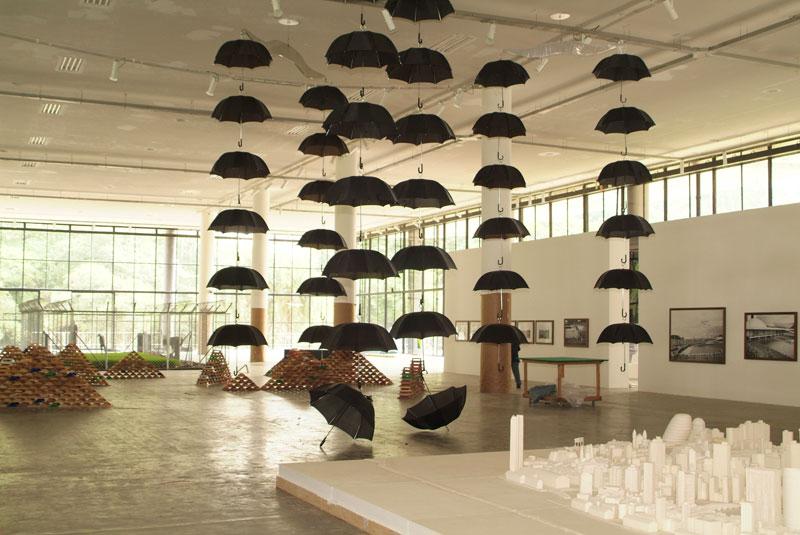 Piso térreo da 27ª Bienal com destaque para obra de Marepe, Cânone. À direita, Meschac Gaba, Sweetness [Doçura]