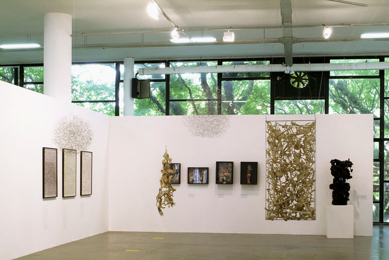 Vista parcial da 27ª Bienal com destaque para obras de Leon Ferrari