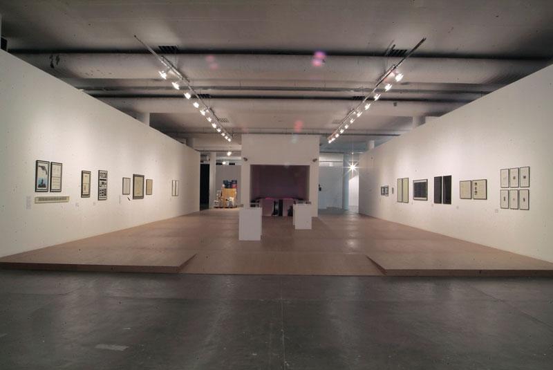 Vista parcial da 27ª Bienal com destaque para obras de Marcel Broodthaers