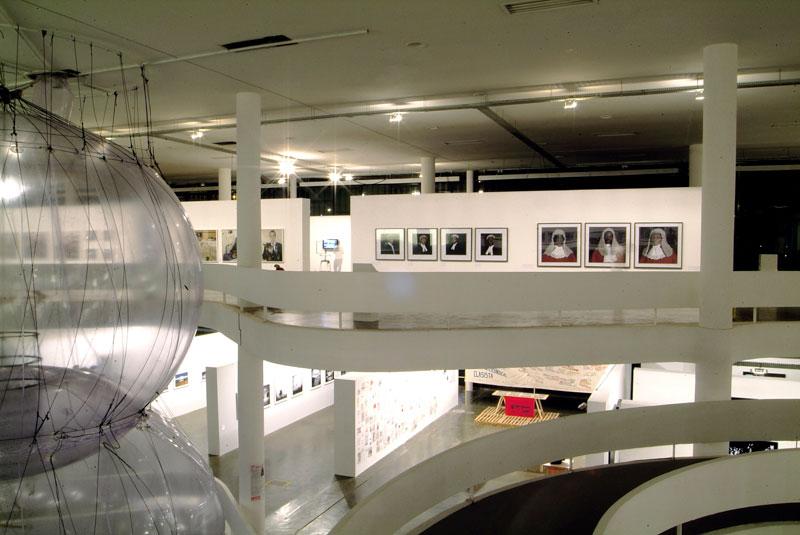 Vista geral da 27ª Bienal com obras de Tomas Saraceno e Pieter Hugo