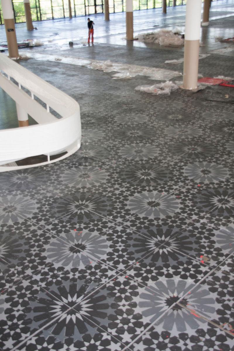 Montagem da 28ª Bienal com vista para obra de Dora Longo Bahia, Escalpo