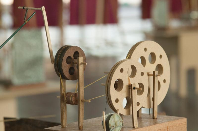 Detalhe da obra da dupla O Grivo, Duas Máquinas