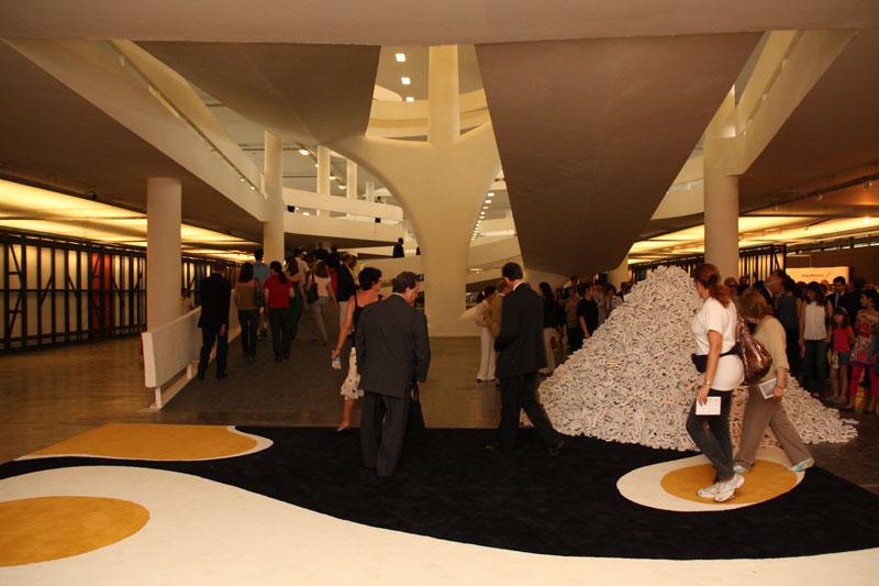 Visita à 28ª Bienal. À direita, obra de Valeska Soares, Catálogo