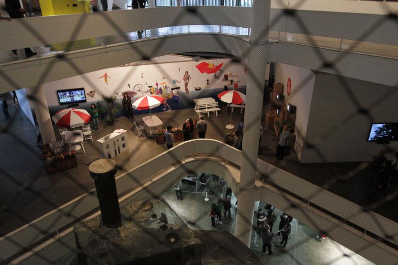 Vão central da 29ª Bienal com vista para a obra de Nuno Ramos, Bandeira Branca