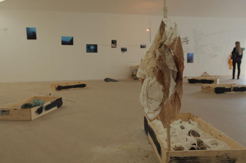 Vista parcial da 29ª Bienal com obras de Artur Barrio