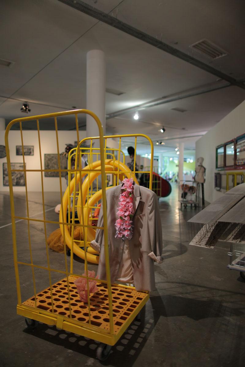 Vista parcial da 29ª Bienal com a instalação de Isa Genzken, Strassenfest [Festa de rua]