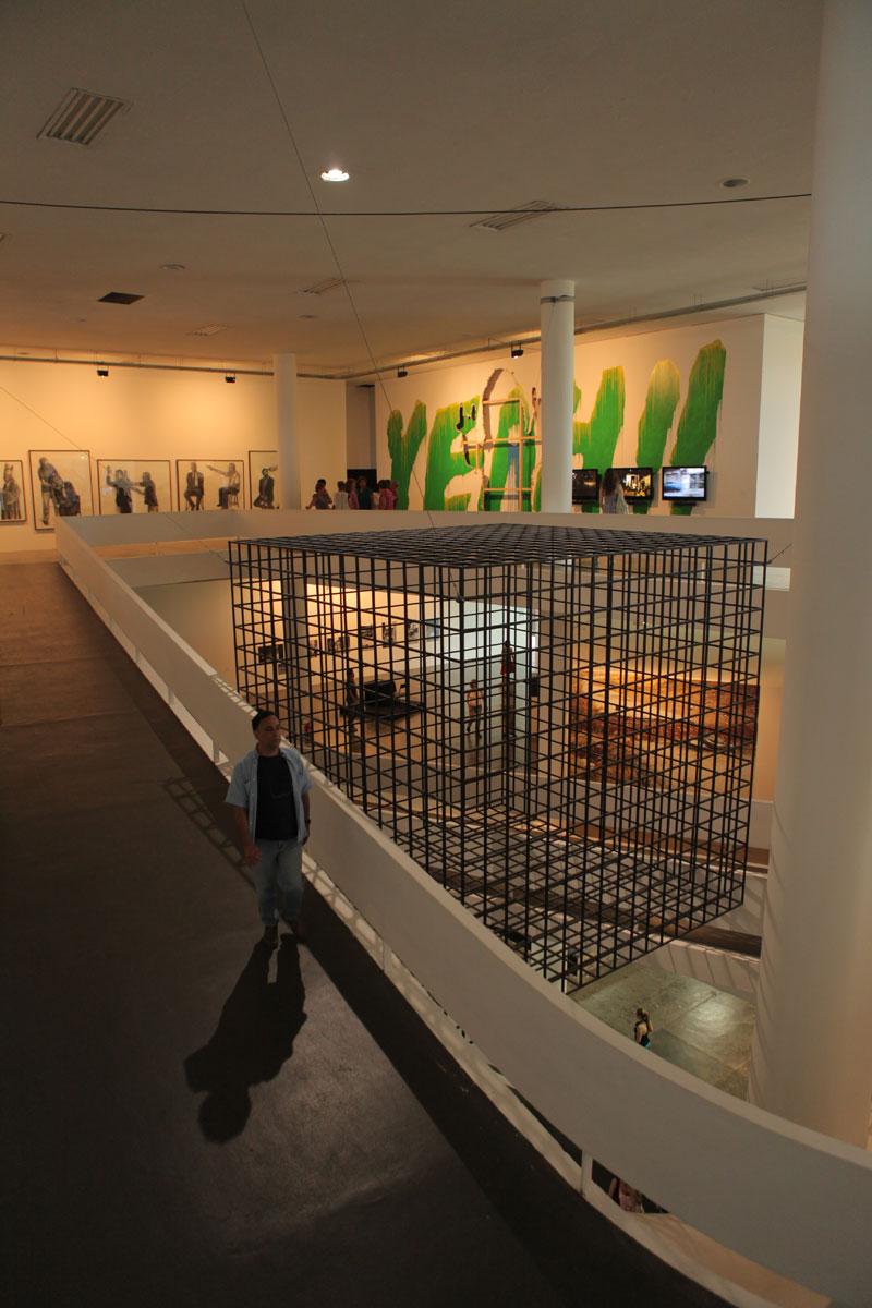 3º piso da 29ª Bienal com vista para as obras de Gil Vicente, Nuno Ramos e Harun Farocki