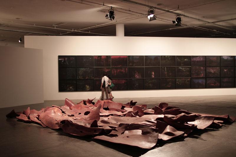 Vista parcial da 29ª Bienal. Em destaque, obra de Marcelo Silveira, Tudo certo