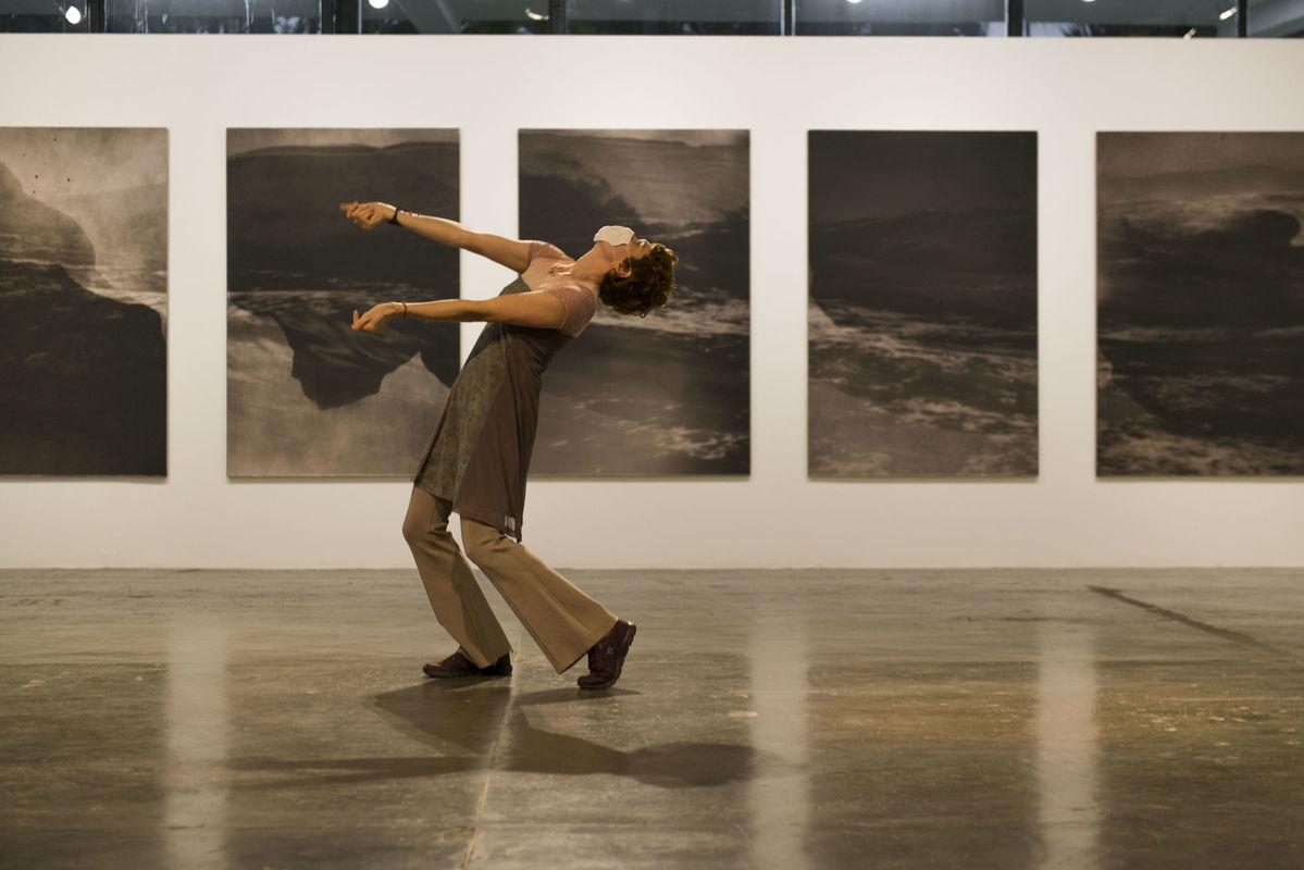 Vista da performance <i>The Complete Works  [A obra completa]</i> na 34ª Bienal de São Paulo. © Levi Fanan / Fundação Bienal de São Paulo