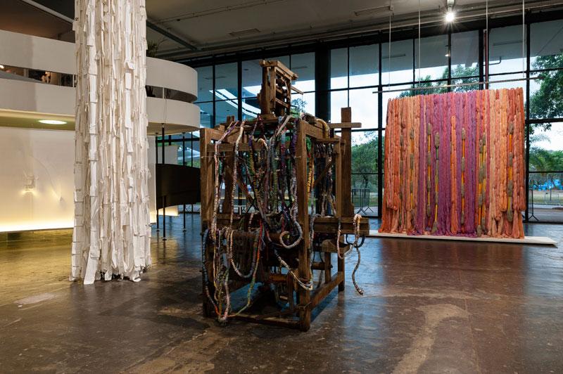 Vista parcial da 30ª Bienal com obras de Sheila Hicks