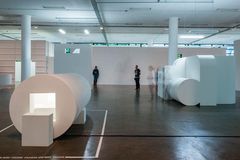 Vista parcial da 30ª Bienal com obras de Absalon