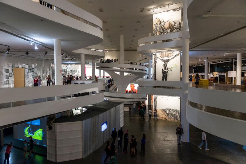 Vista geral da 31ª Bienal com vista para obras de Yochai Avrahami, Voluspa Jarpa e Prabhakar Pachpute