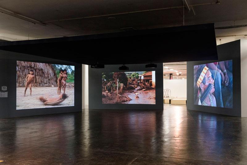 Vista parcial da 32ª Bienal com obra de Vídeo nas Aldeias, O Brasil dos Índios: um arquivo aberto