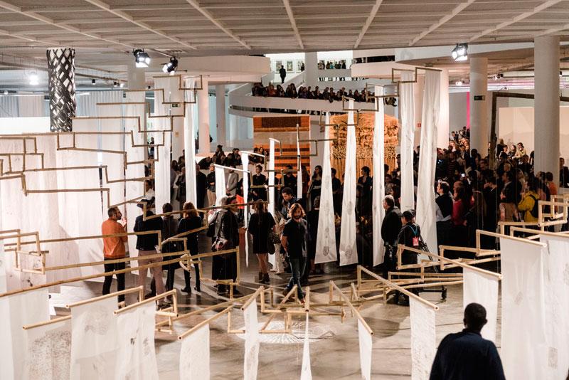 Performance Cristiano Lenhardt, Uma coluna, durante abertura para convidados da 32ª Bienal. À frente, obra de Mariana Castillo Deball, Hipótese de uma árvore