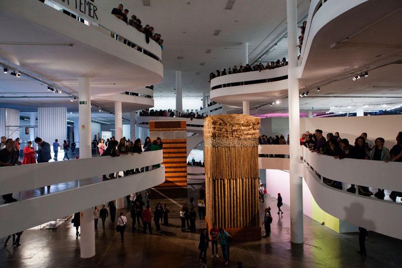 Vão central da 32ª Bienal com vista para a obra de Lais Myrrha, Dois pesos, duas medidas