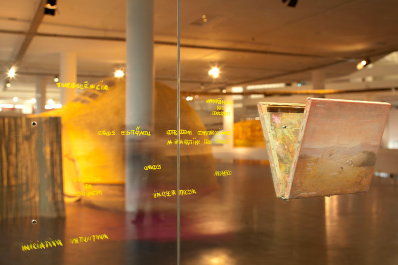 Vista parcial da 32ª Bienal com obras de Francis Alÿs, In a Given Situation [Numa dada situação]; e Pia Lindman, Nose Ears Eyes [Nariz Orelhas Olhos]