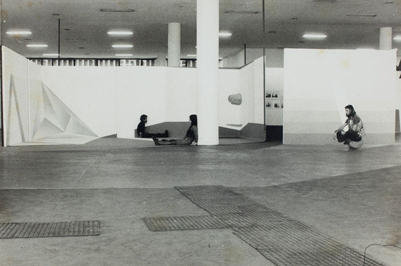 Montagem da 12ª  Bienal com vista para obra da Equipe Três (Lydia Okumura, Genilson Soares e Francisco Iñarra), <i>Pontos de Vista</i>. © Autor não identificado