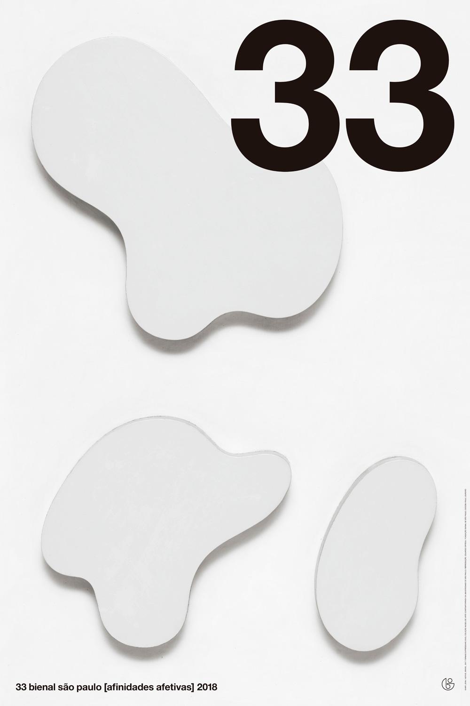 Reprodução fotográfica da obra Formas expressivas de Jean Arp do ano de 1932, composta por 3 recortes de madeira brancas com formas orgânicas abstratas sobre fundo branco. No canto superior direito está o número trinta e três em algarismos arábicos pretos e grossos que ocupam quase todo o quadrante. Na faixa inferior, em tamanho menor, em letras de forma pretas, há o texto 33 Bienal de São Paulo afinidades afetivas 2018