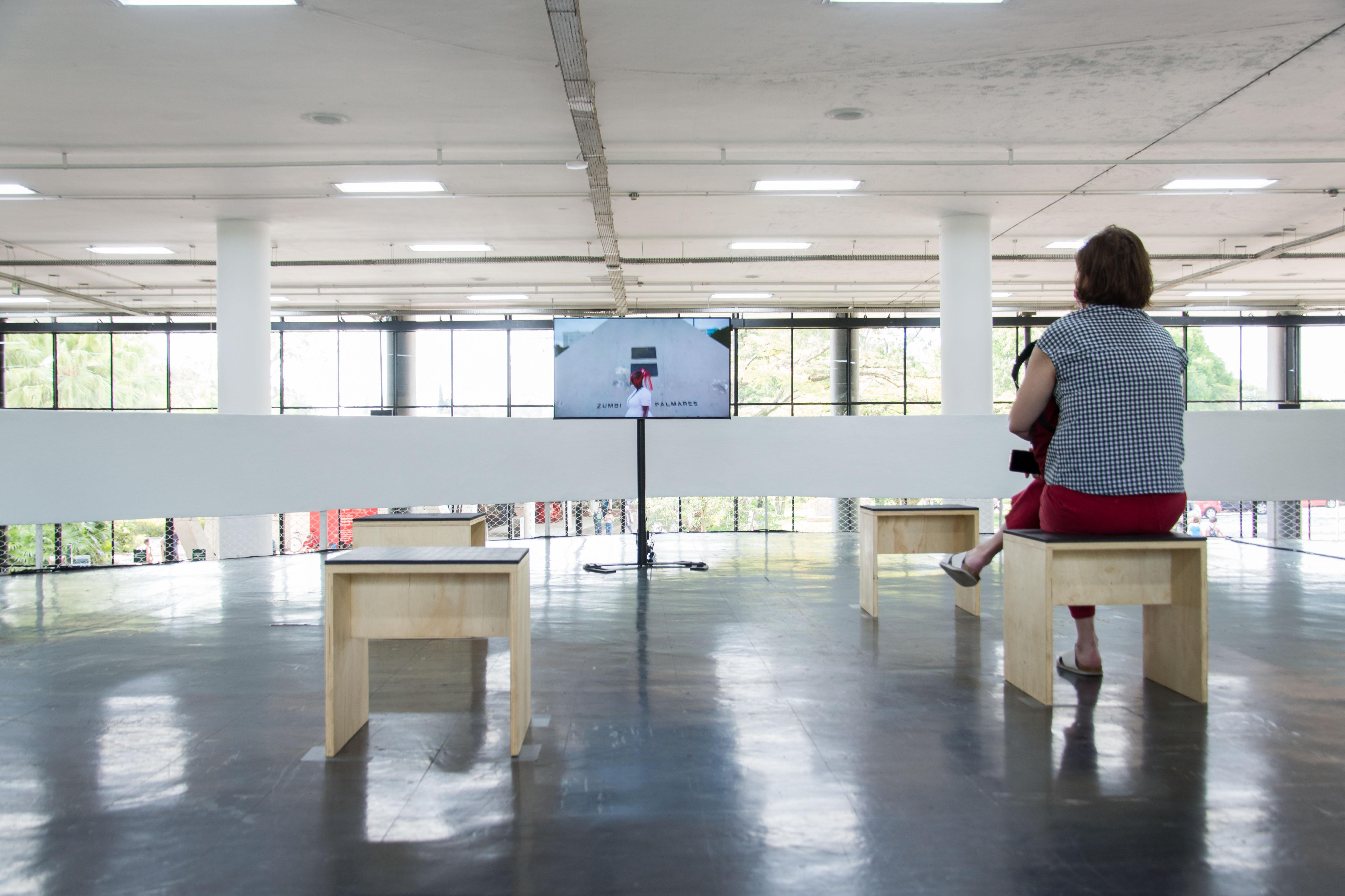 Vista da obra <i>Experimentando o vermelho em dilúvio</i> (2016), de Musa Michelle Mattiuzzi na exposição <i>Vento</i>. Foto: Levi Fanan / Fundação Bienal de São Paulo