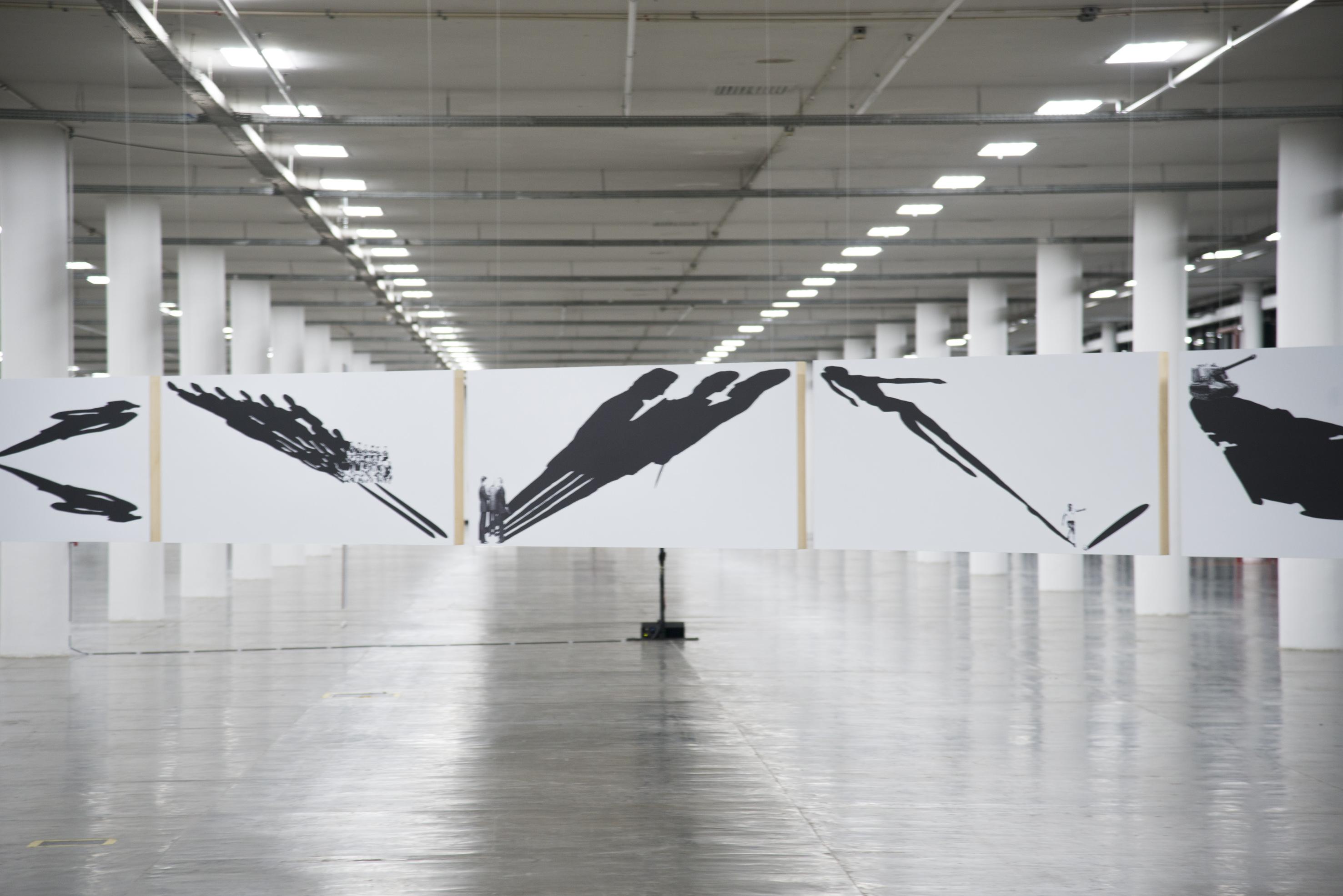 Vista da série <i>Dilatáveis</i>, de Regina Silveira na exposição <i>Vento</i>. Foto: Levi Fanan / Fundação Bienal de São Paulo