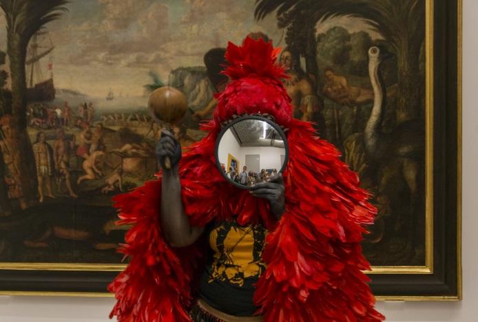 Daiara Tukano, Registro de <i>Morî' erenkato eseru'</i> – Cantos para a vida, ativação realizada por Daiara Tukano e Jaider Esbell na exposição <i>Véxoa: nós sabemos</i>, em novembro de 2020 na Pinacoteca do Estado de São Paulo. Cortesia da artista e Pinacoteca do Estado de São Paulo