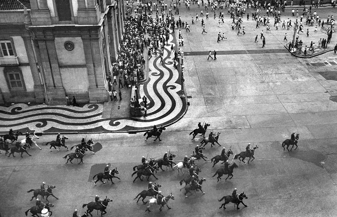 Evandro Teixeira, <i>Cavalaria na Candelária</i>, 29 de março de 1968. Cortesia: Evandro Teixeira | Acervo Instituto Moreira Salles