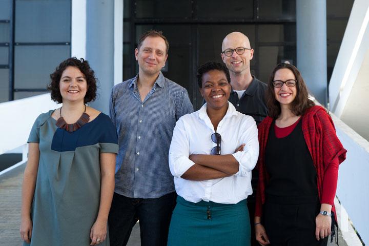 Os curadores Júlia Rebouças, Jochen Volz, Gabi Ngcobo, Lars Bang Larsen e Sofía Olascoaga
