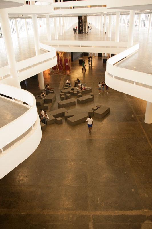 Vão central da 28ª Bienal, com vista para a planta livre