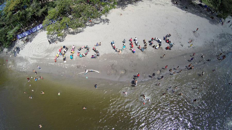 Geocoreografías Oritoguaz, 2015, Carolina Caycedo | Geo-coreografia comunitária em local previsto para a hidrelétrica Oporapa, no rio Yuma, em Huila, Colômbia
