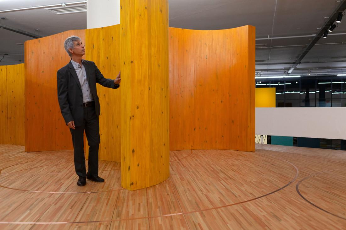 Alejandro Corujeira, em frente à sua obra na 33ª Bienal de São Paulo.
