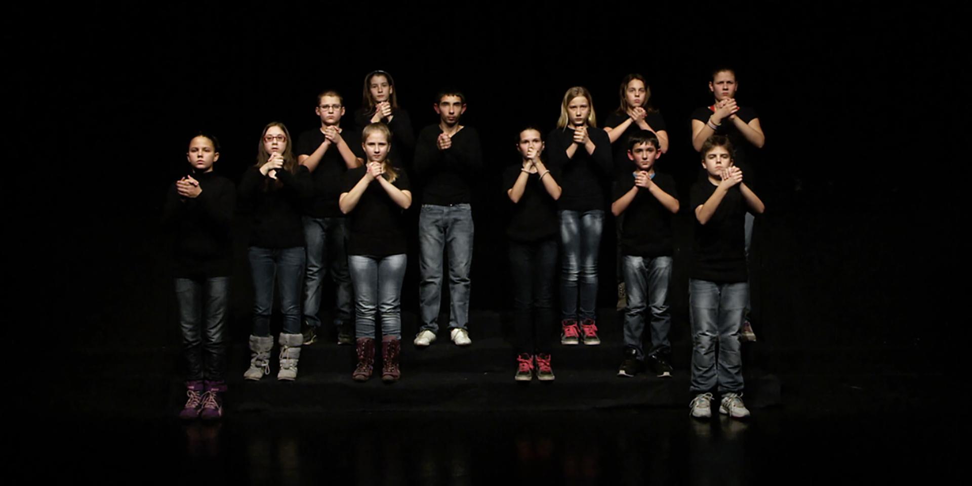 Ana Adamović,  <i>Two Choirs</i>, 2013-14. Still de vídeo. Cortesia da artista