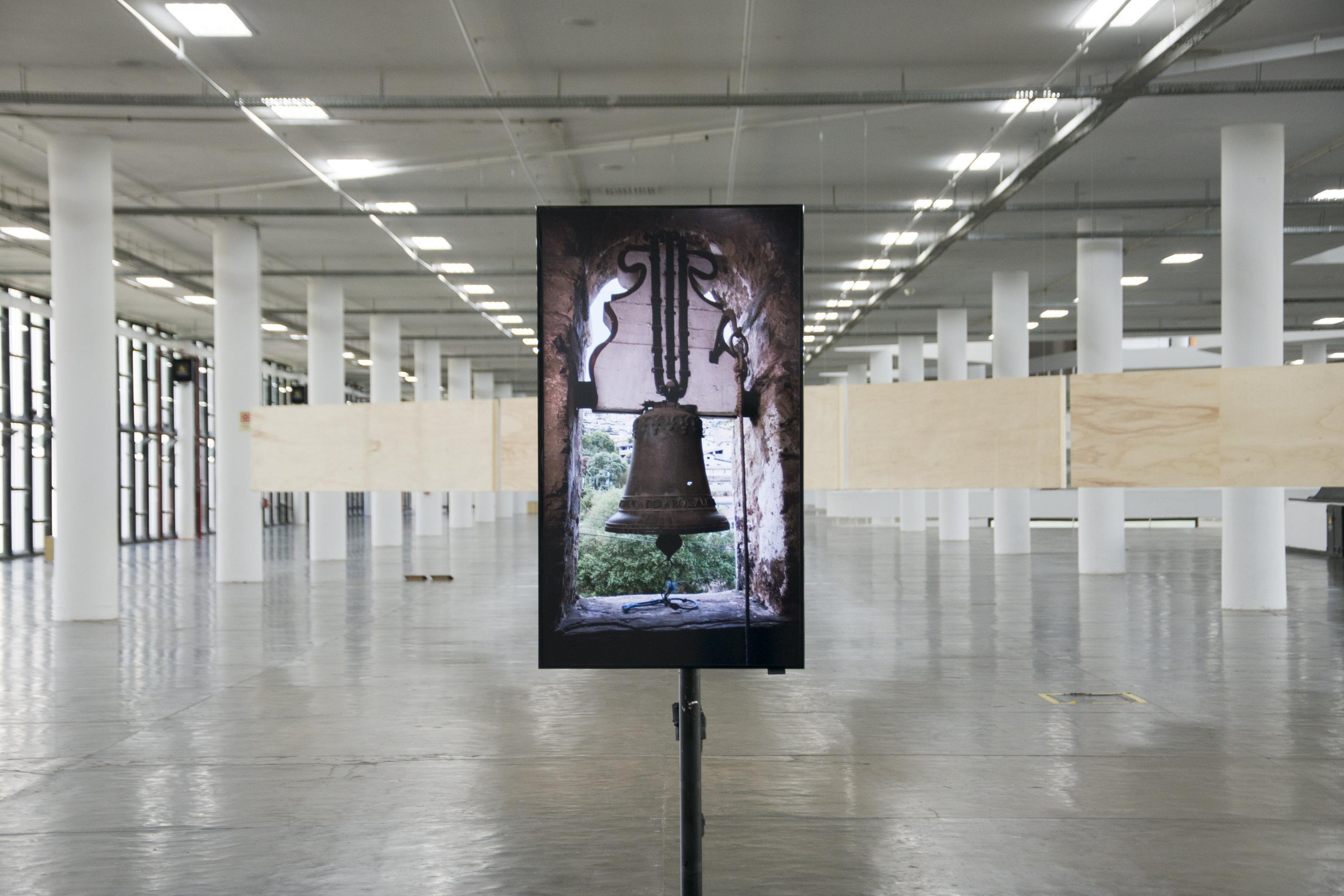 Vídeo que apresenta o enunciado Sino de Ouro Preto na exposição <i>Vento</i>, parte da 34ª Bienal de São Paulo. Foto de Levi Fanan / Fundação Bienal de São Paulo