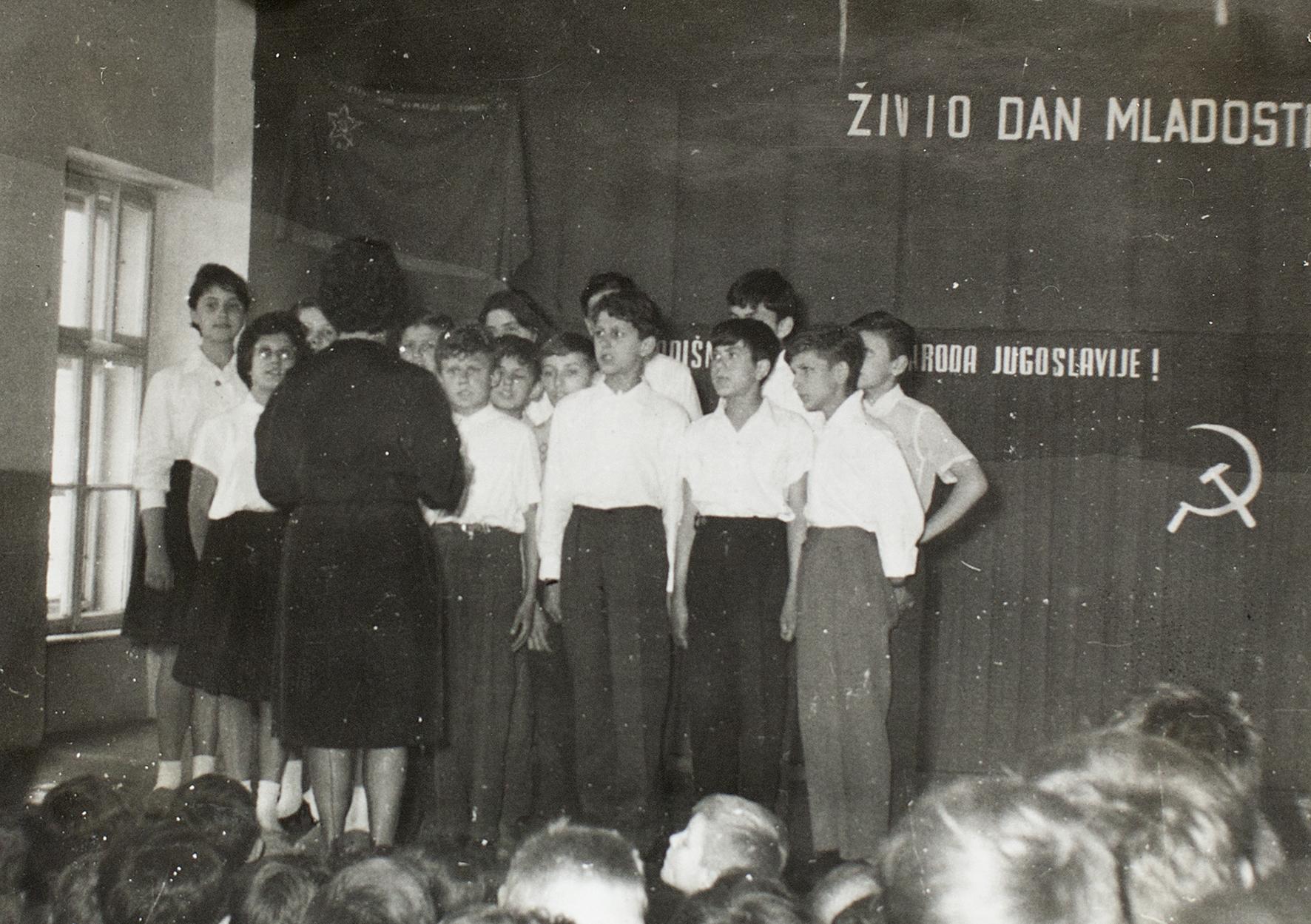 Ana Adamović, <i>The Choir</i> [O coro], 1962/2020. Fotografia  de <i>O coro</i>, do álbum de fotos enviado ao Presidente Tito pelos Pioneiros e Jovens da I Instituição Educacional para Crianças Surdas, Zagreb-Ilica, 1962. Coleção Museu da Iugoslávia, Belgrado