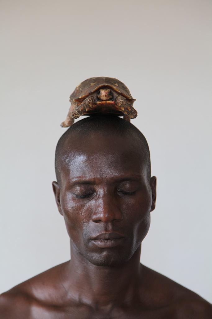 Zina Saro-Wiwa, <i>Tortoise Ontologies: 8th Position</i>, 2015. Cortesia de Zina Saro-Wiwa e Tiwani Contemporary