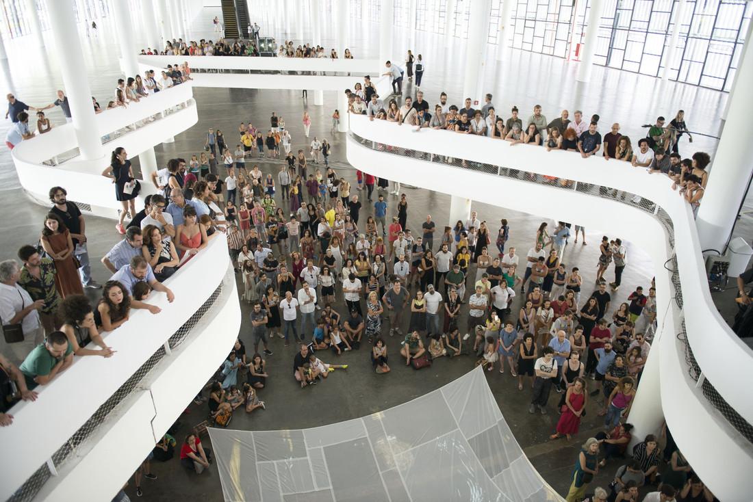 Performance <i>A Maze in Grace</i> de Neo Muyanga com Legítima Defesa e Bianca Turner para a abertura da 34ª Bienal de São Paulo. Foto: Levi Fanan, Fundação Bienal de São Paulo