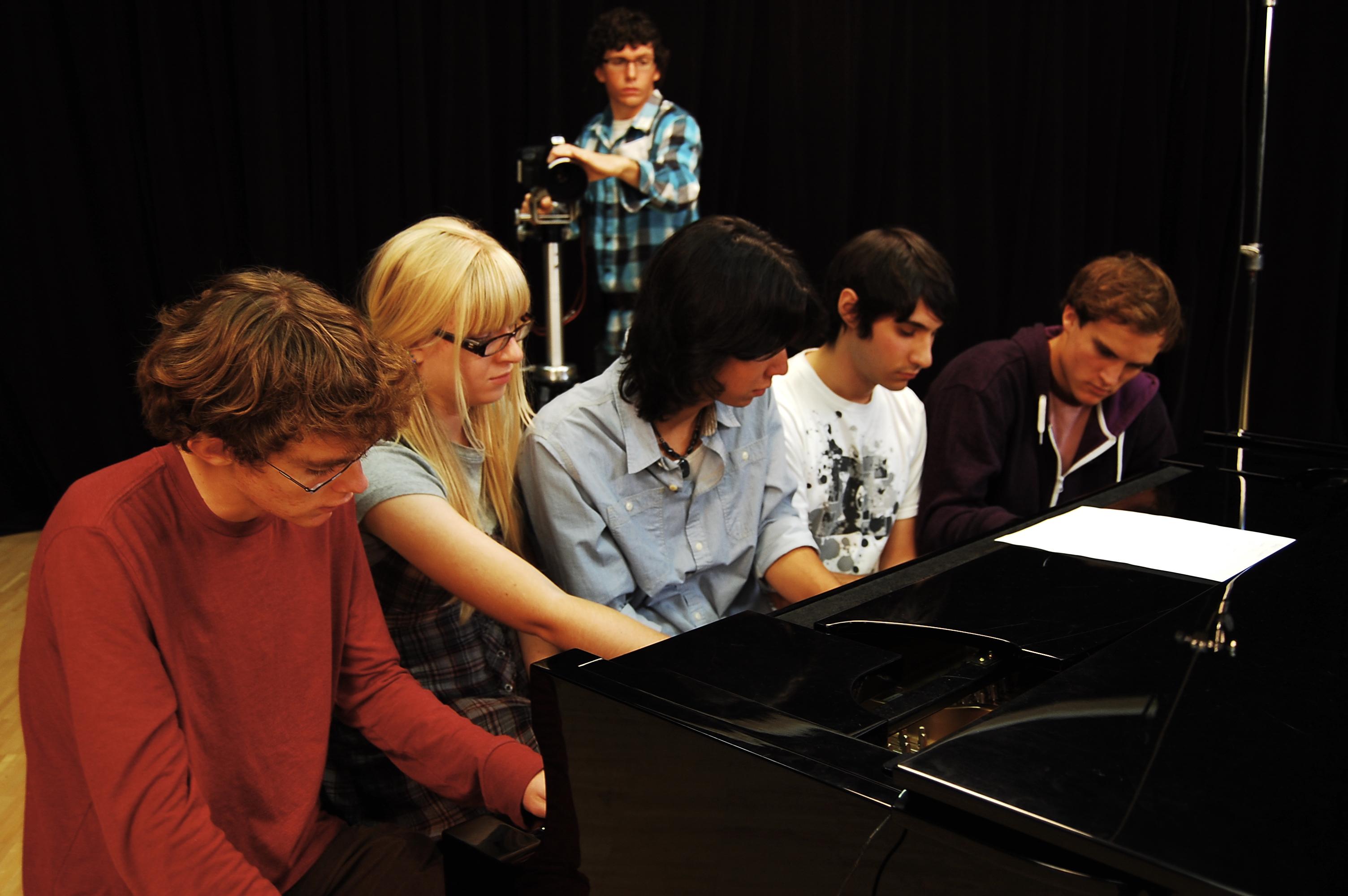 Koki Tanaka, <i>Um piano tocado por 5 pianistas juntos</i> (Primeira tentativa), 2012. Colaboração, documentação em vídeo. Still do vídeo. Cortesia da artista, Vitamin Creative Space, Guangzhou e Aoyama Meguro, Tokyo