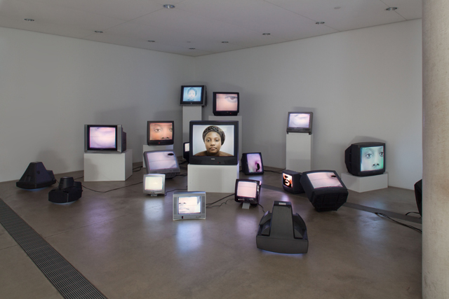 Zina Saro-Wiwa, <i>Mourning Class: Nollywood</i>, 2010. Instalação no The Pulitzer Foundation. Cortesia de Zina Saro-Wiwa e Tiwani Contemporary